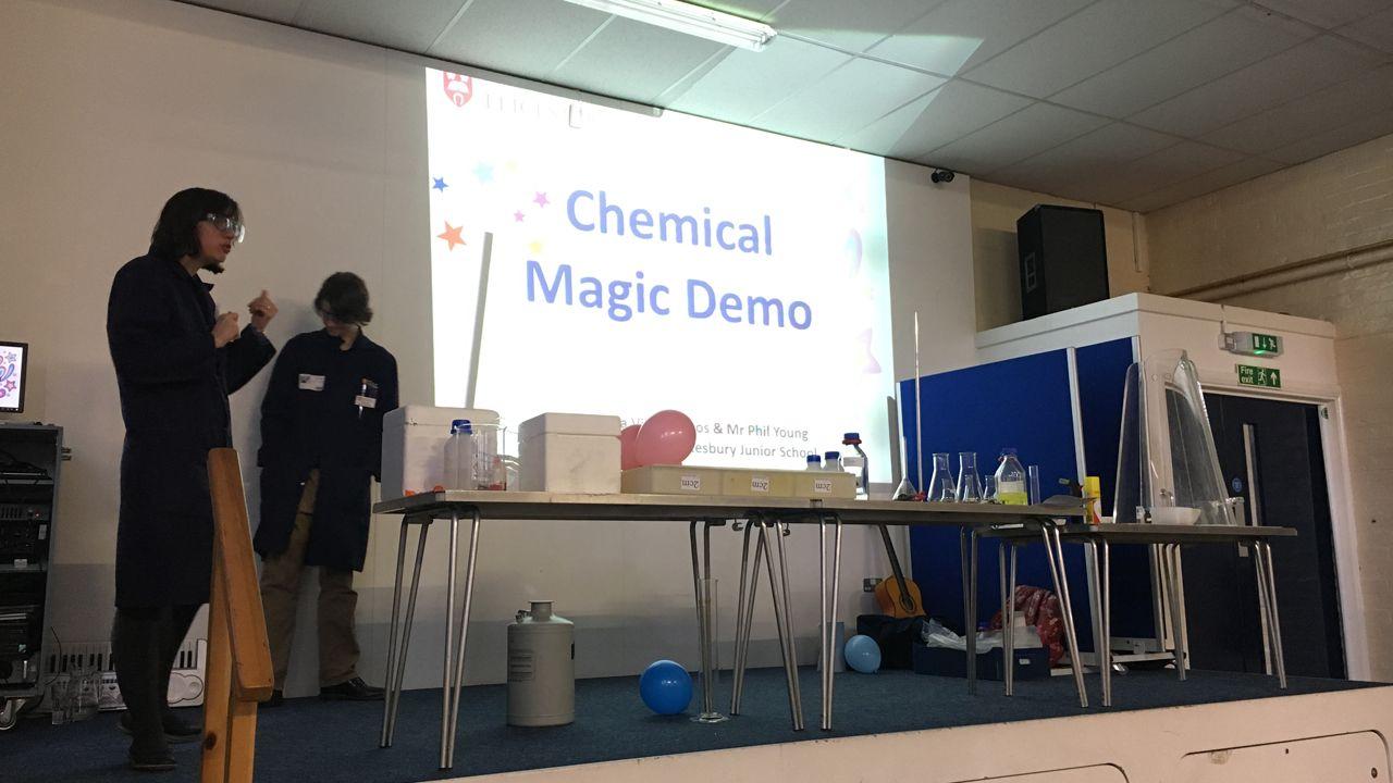 La química ovetense Bárbara Villa en uno de los colegios en los que imparte sus talleres de química mágica