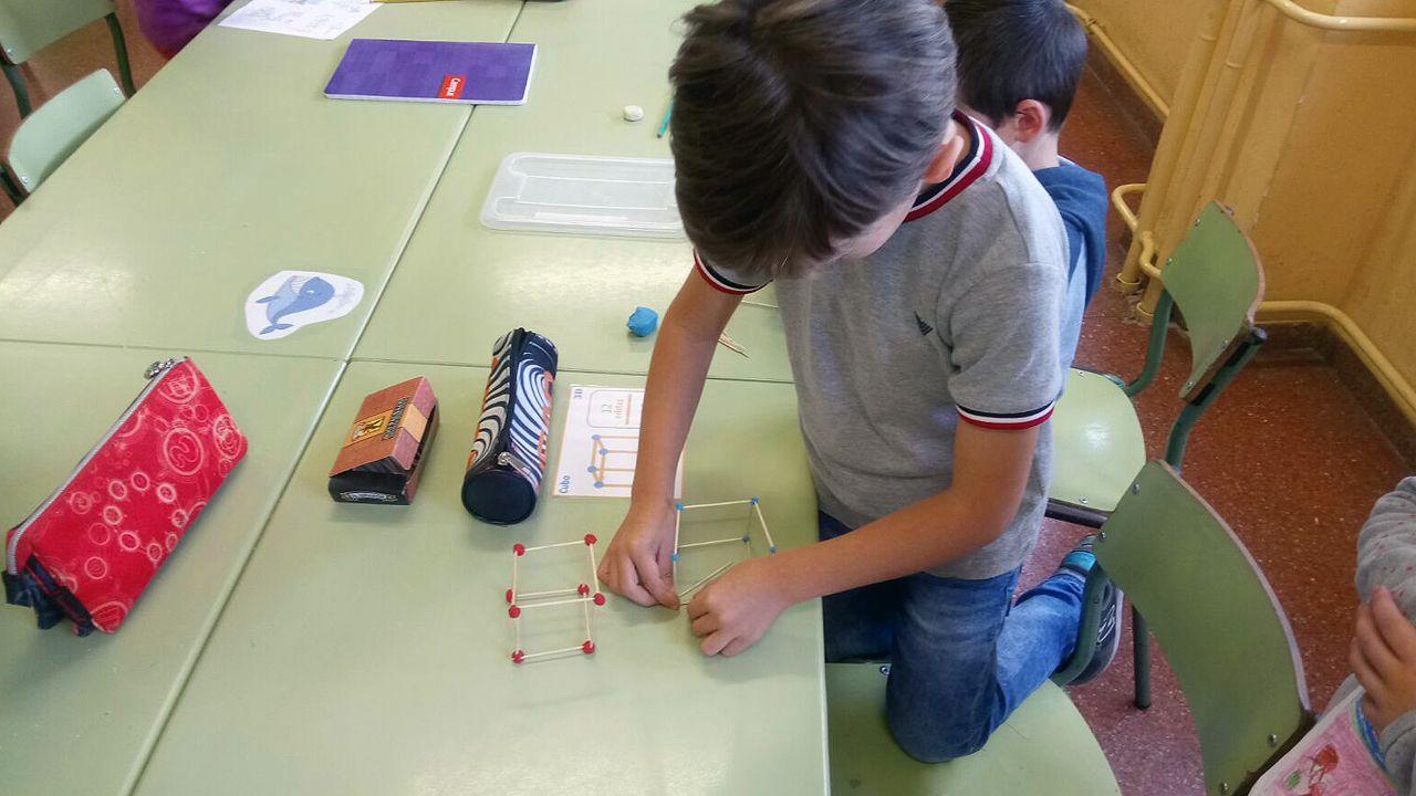 Alumnos y profesores trabajan con materiales del «método Singapur».Joaquín Sabina, antes de tener que suspender su concierto