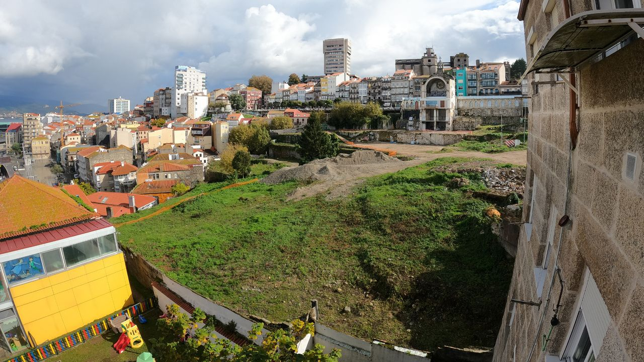Vista de una terraza en el paseo de Begoña de Gijón, que a pesar del mal tiempo este sábado tenia afluencia de personas.