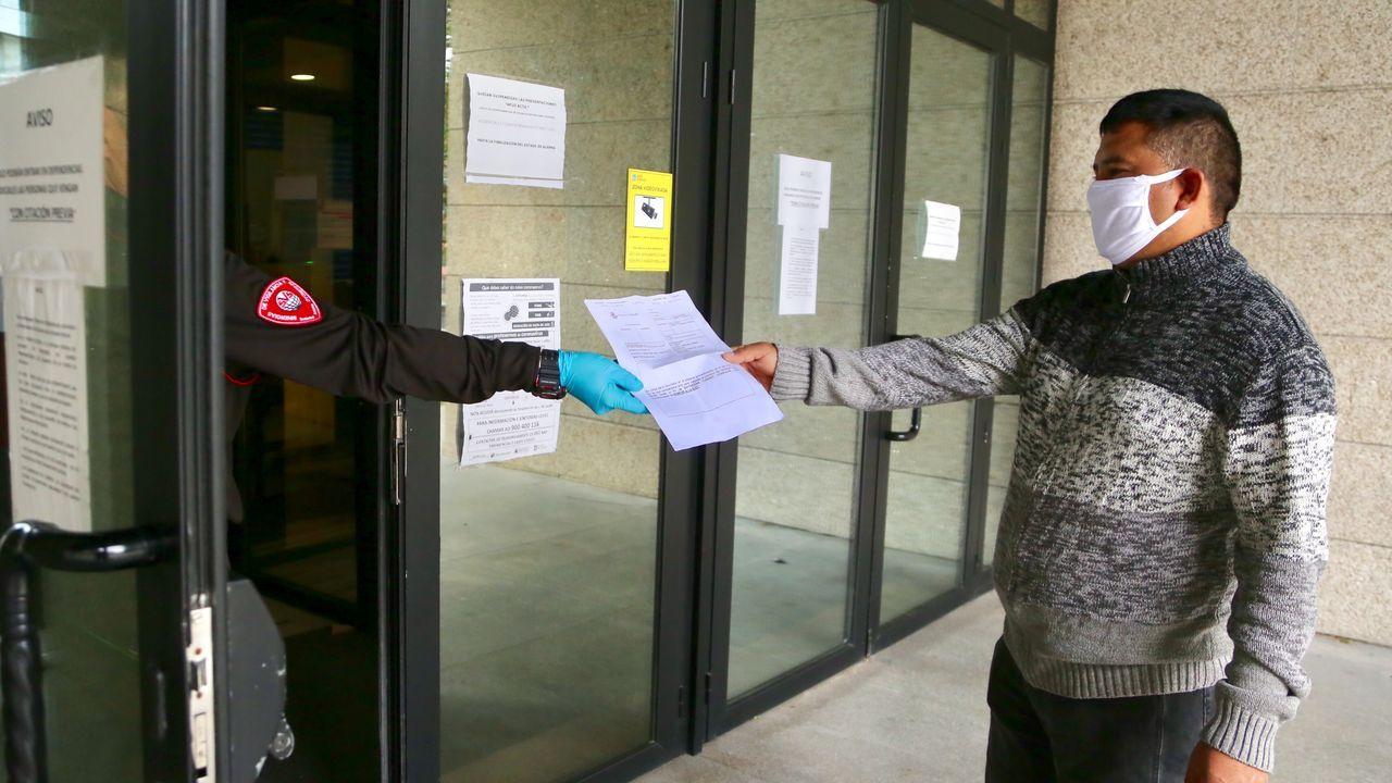 Un ciudadano presenta un documento para tramitar en un juzgado de Vigo
