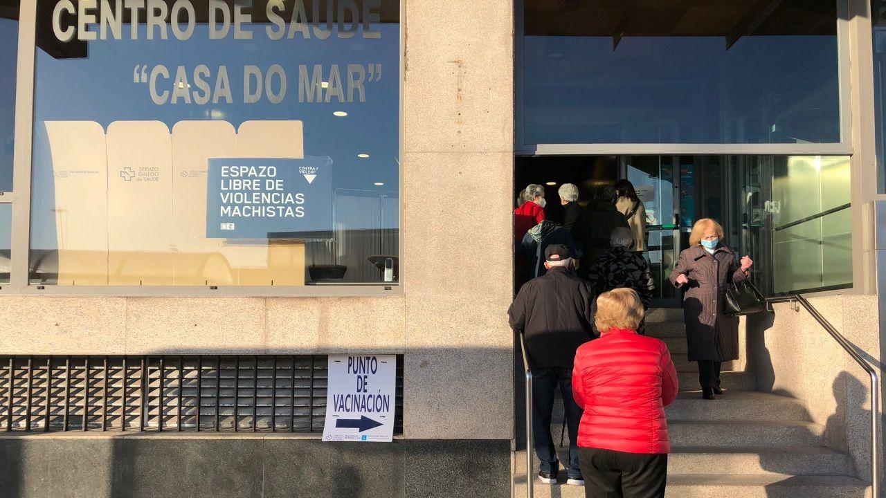 Así es la urbanización Montegolf, su área recreativa y los terrenos donde irán las 124 nuevas viviendas.Colas en una oficina del paro de A Coruña