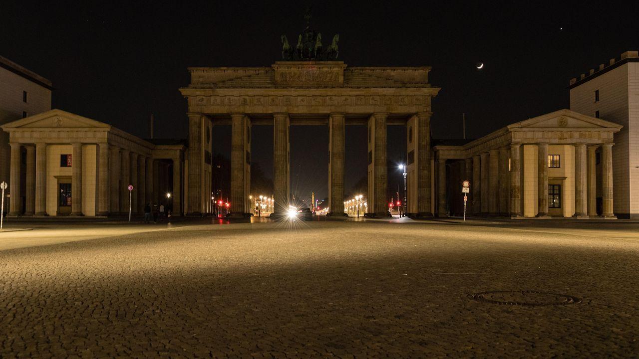 El coronavirus vacía las principales ciudades del mundo.La puerta de Brandemburgo en Berlín con las luces apagadas