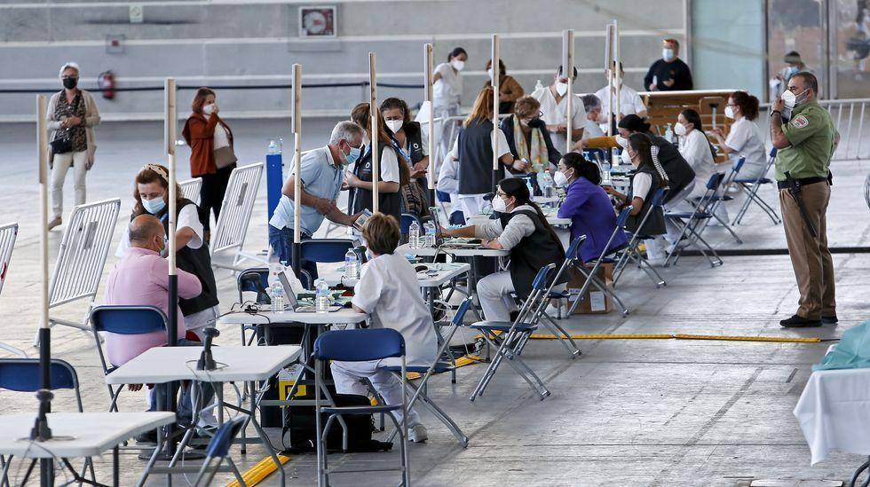 Vacunación masiva contra el Covid-19 con AstraZeneca para personas de entre 60 y 65 años en el recinto ferial de Pontevedra