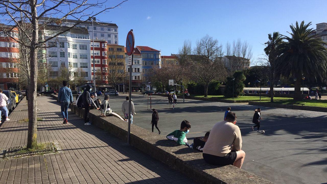 Tras los dos botellones que disolvió la Policía Local el jueves y el viernes, la plaza del Inferniño retomó su actividad habitual como lugar de ocio de jóvenes, niños y mayores