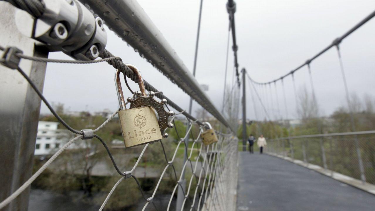 En la pasarela peatonal del Miño es una tradición colgar candados con mensajes