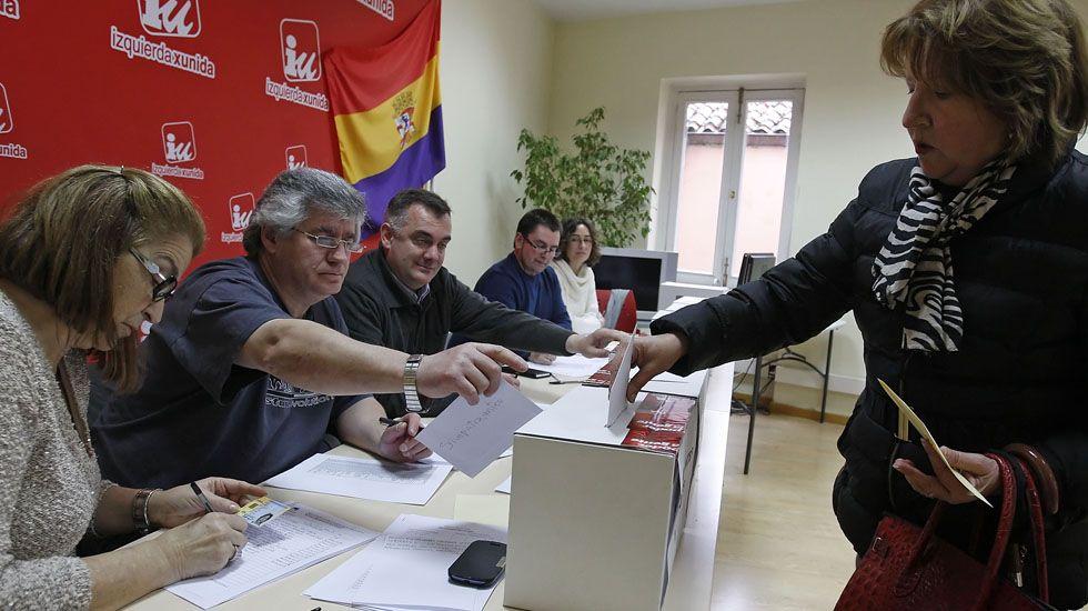 Daniel Ripa y Ramón Argüelles, encabezaron las delegaciones de Podemos e IU que se reunieron en la Junta General del Principado.Una votación en la sede de Izquierda Unida de Oviedo