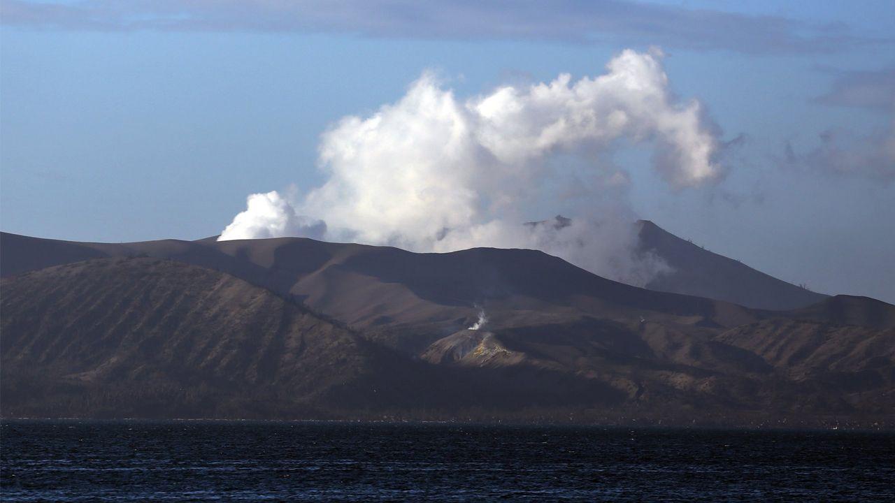 El volcán Taal, expulsando cenizas y humo