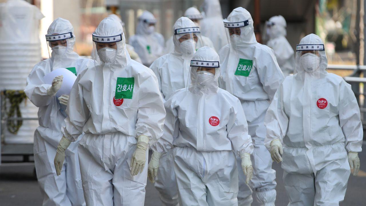Médicos con equipos de protección en Corea del Sur