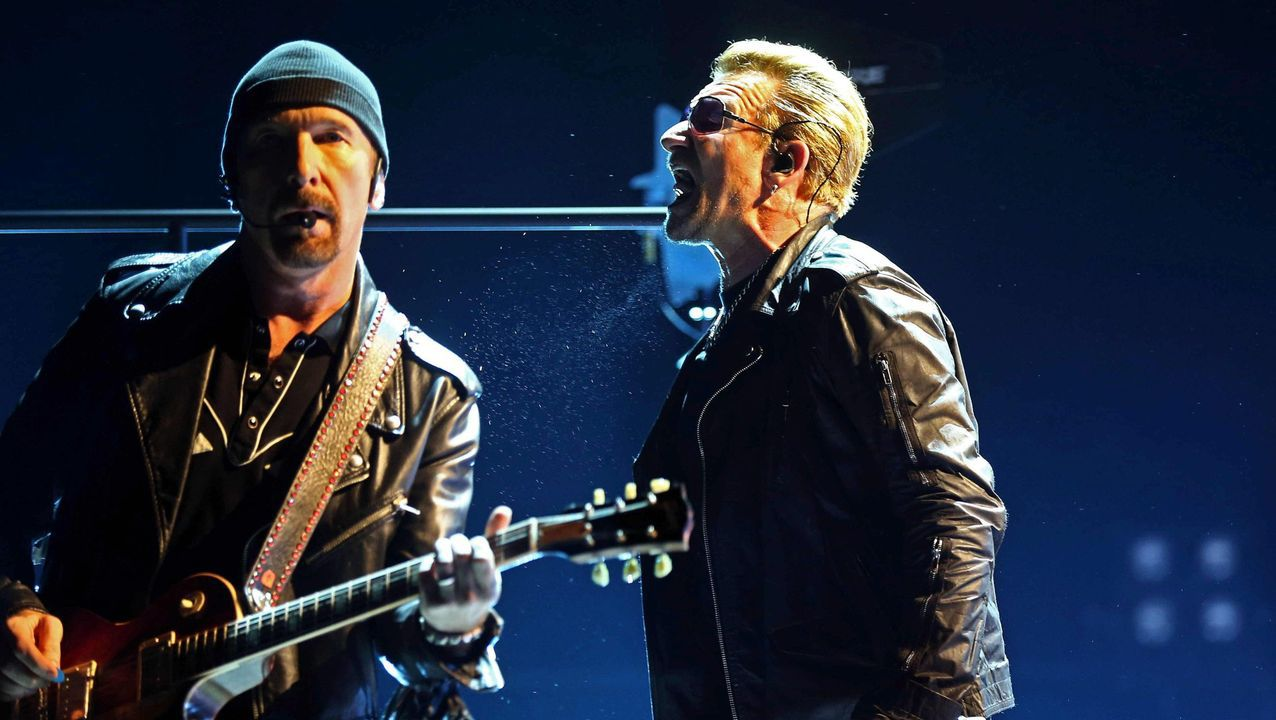 The Edge y Bono, de U2, en un concierto en Barcelona.
