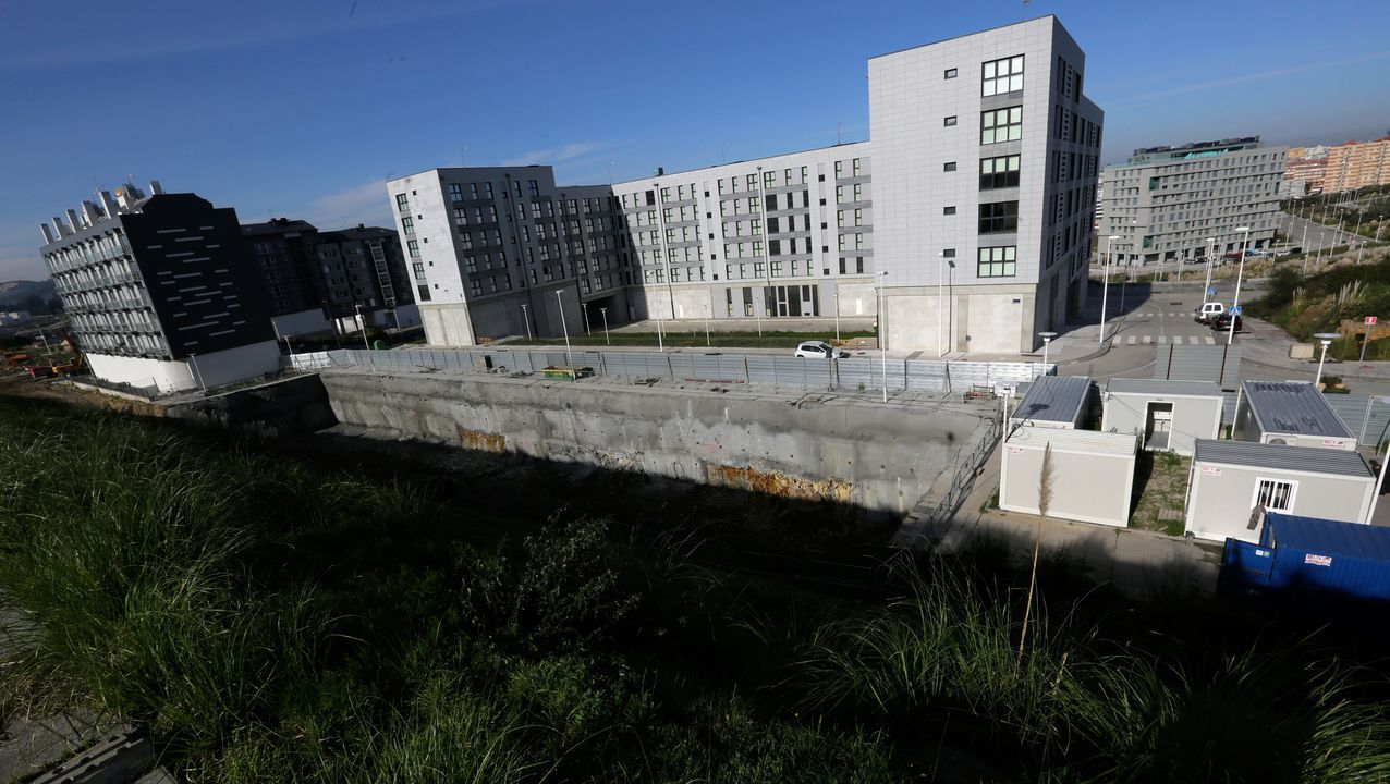 Terreno en el que la Xunta está construyendo un edificio con 40 viviendas