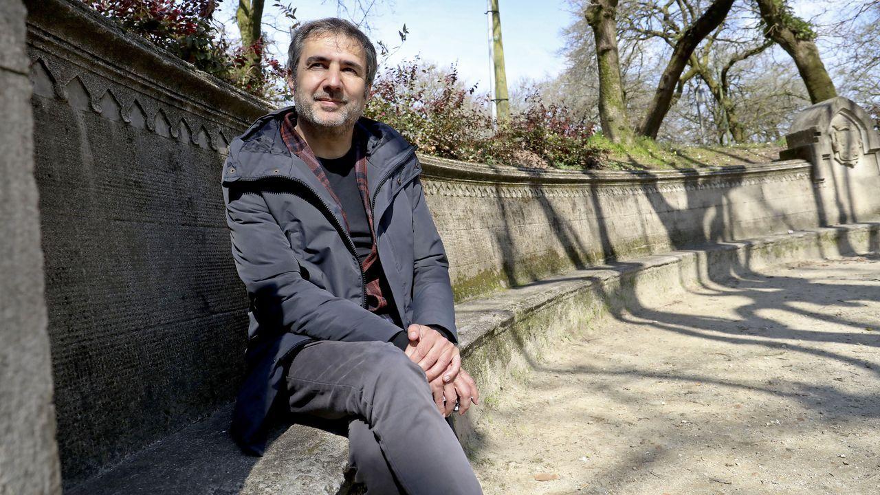 O compositor leridano Xavier Font, de 48 anos, asegura inspirarse paseando por Santiago. Para a foto séntase no banco dos susurros da Alameda, un dos primeiros rincóns que descubriu. «Gústame moito. Amplifica de forma natural a acústica do palco de música», recalca