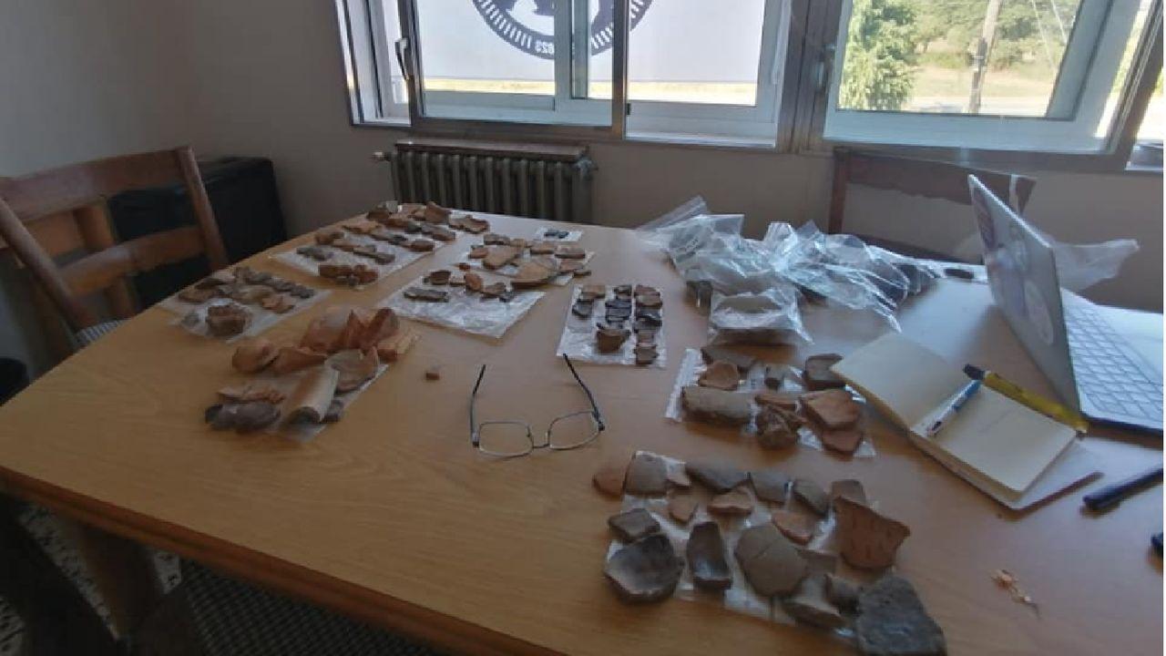 Una parte de los fragmentos de cerámica encontrados en la necrópolis medieval de Cereixa durante el proceso de estudio y catalogación de los materiales arqueológicos, en el local social de la parroquia