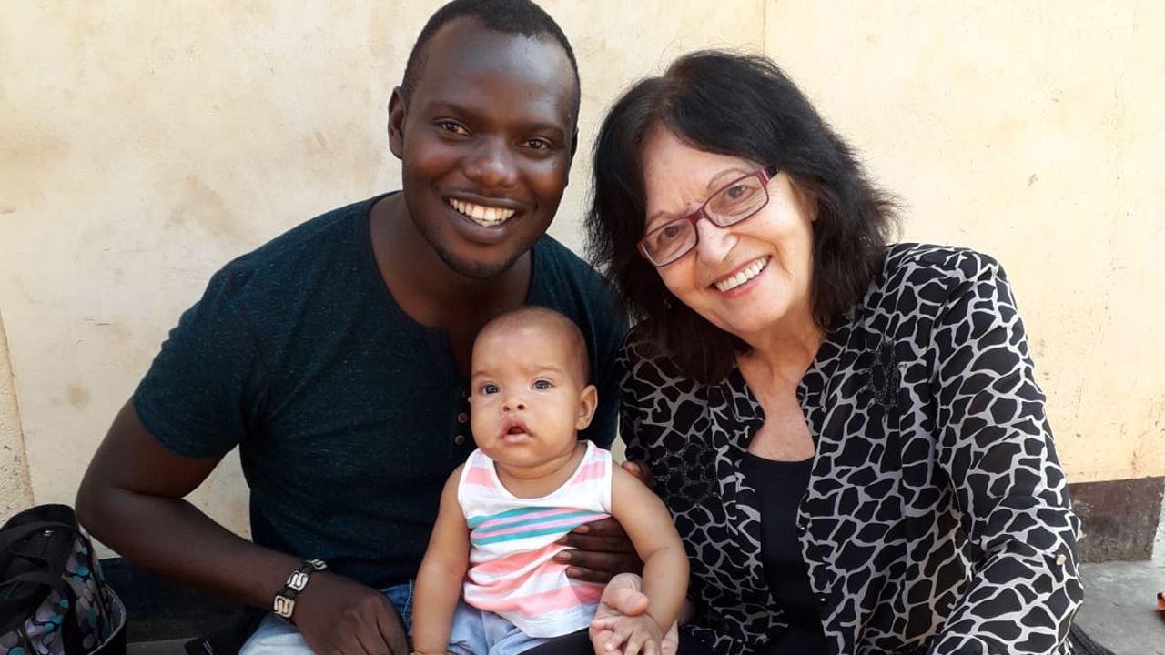 Elisabeth Michot con el director del grupo Aba Taano
