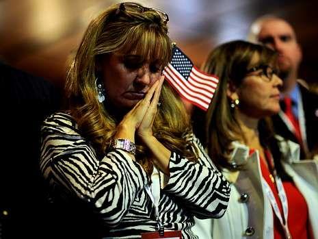 Una activista republicana escucha a Romney en Boston.