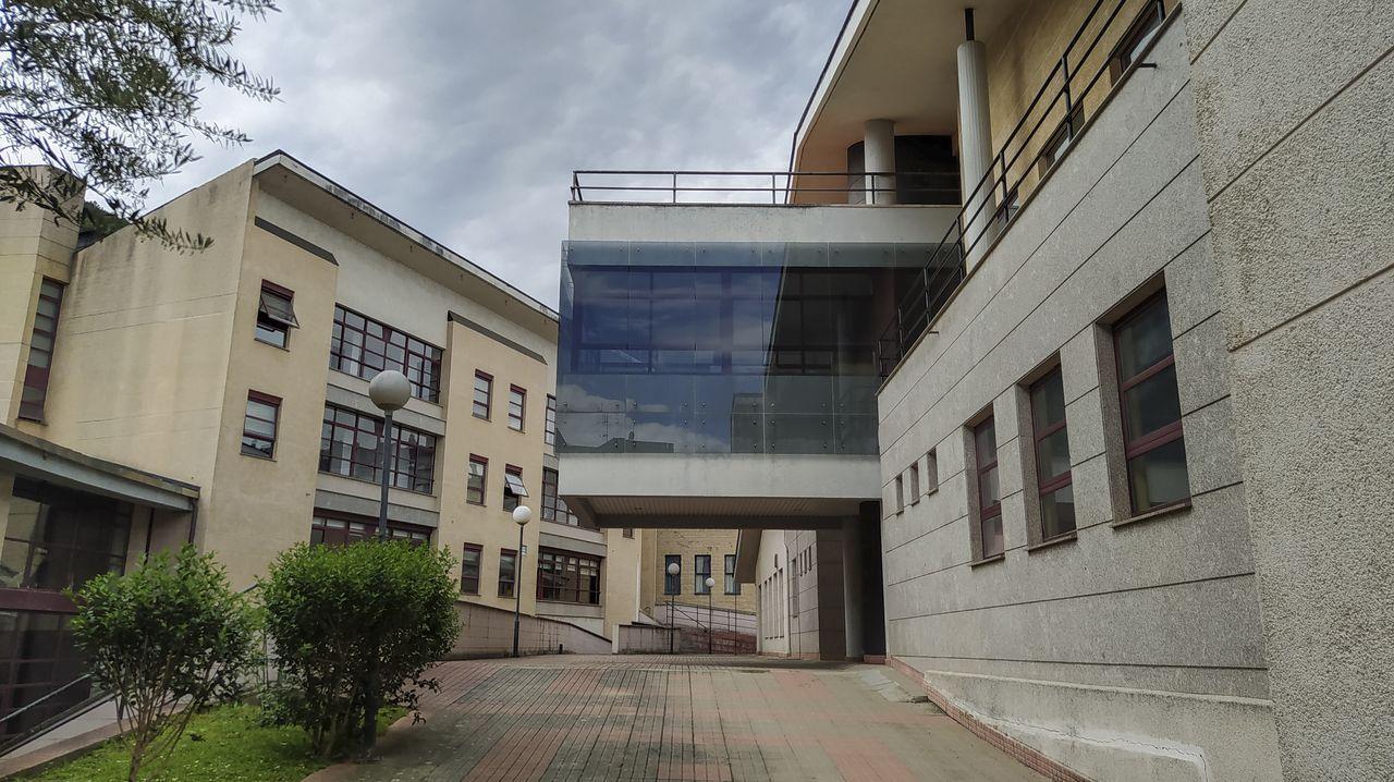 El edificio del centro social de la tercera edad —a la derecha— está siendo utilizado para alojar a los trabajadores e la residencia de la tercera edad —al fondo— durante el confinamiento