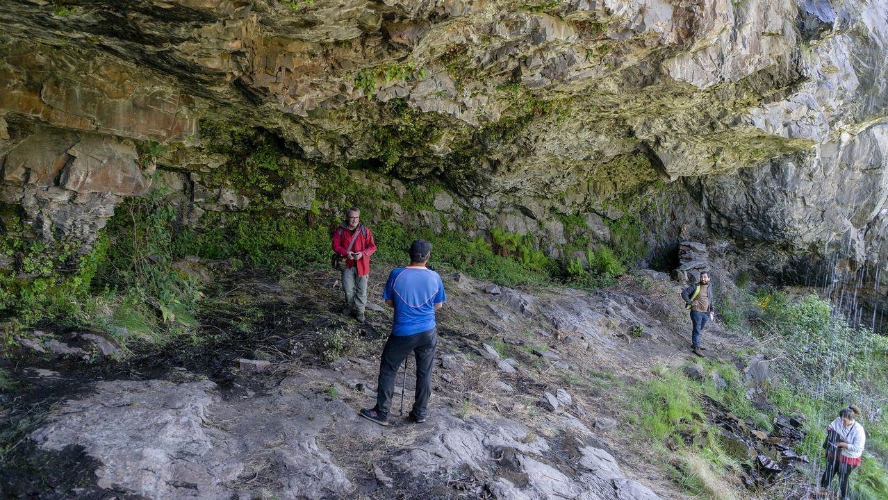 Descubriendo las pinturas rupestres halladas en un cueva de Casaio