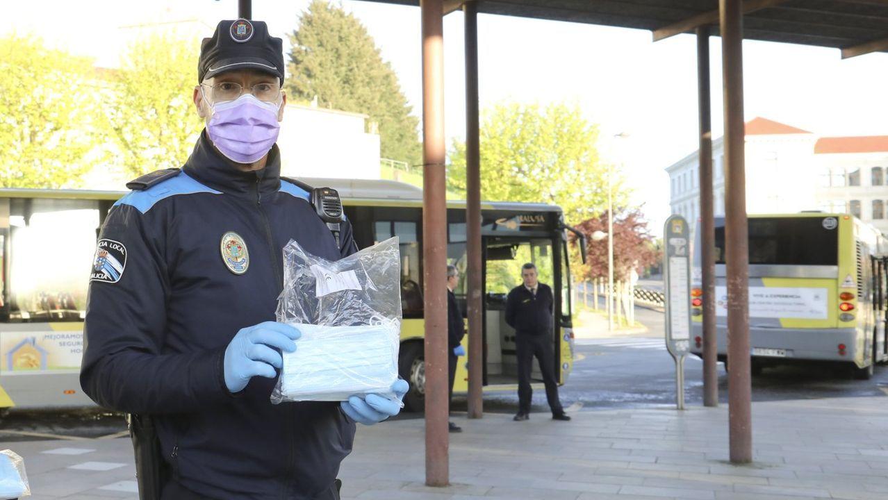La Policía Local de Santiago vigila todos los días que los ciudadanos respeten las normas contra el coronavirus