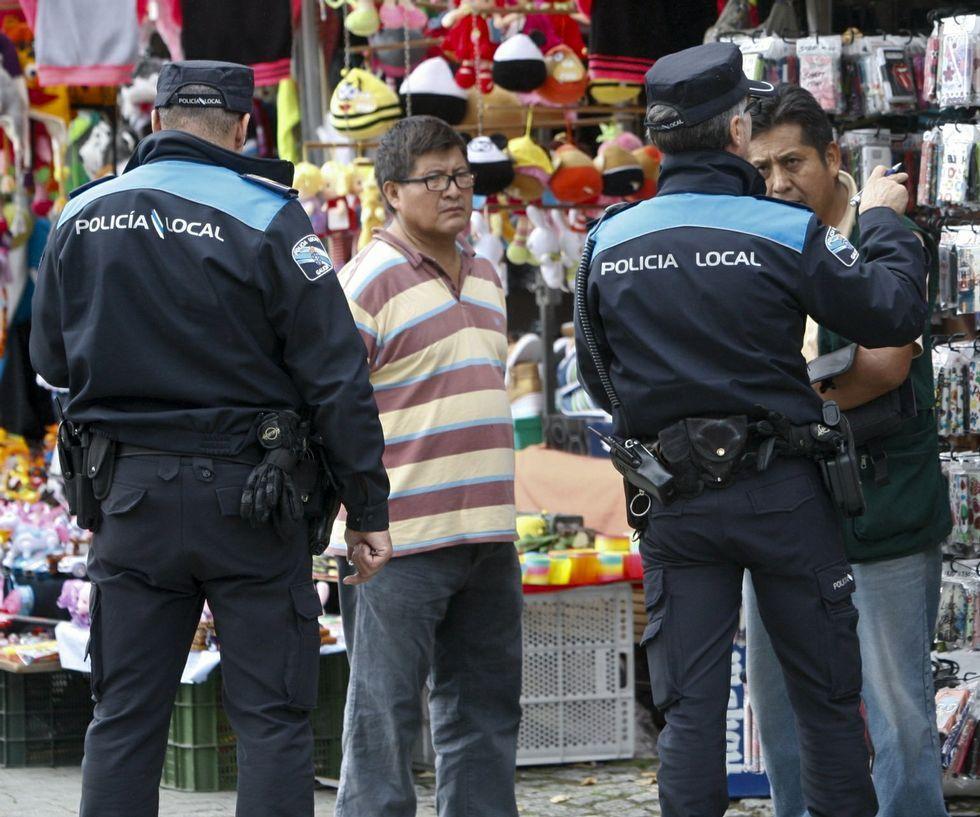 Un momento de la concentración de protesta ante la puerta principal del HULA