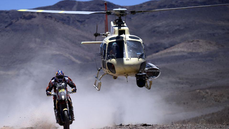 Triunfo español en el Dakar.El coche de Nani Roma durante la novena etapa