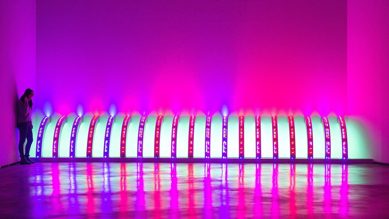 Una mujer observa la obra de Holzer «Purple», en una de las salas de la exposición del Guggenheim