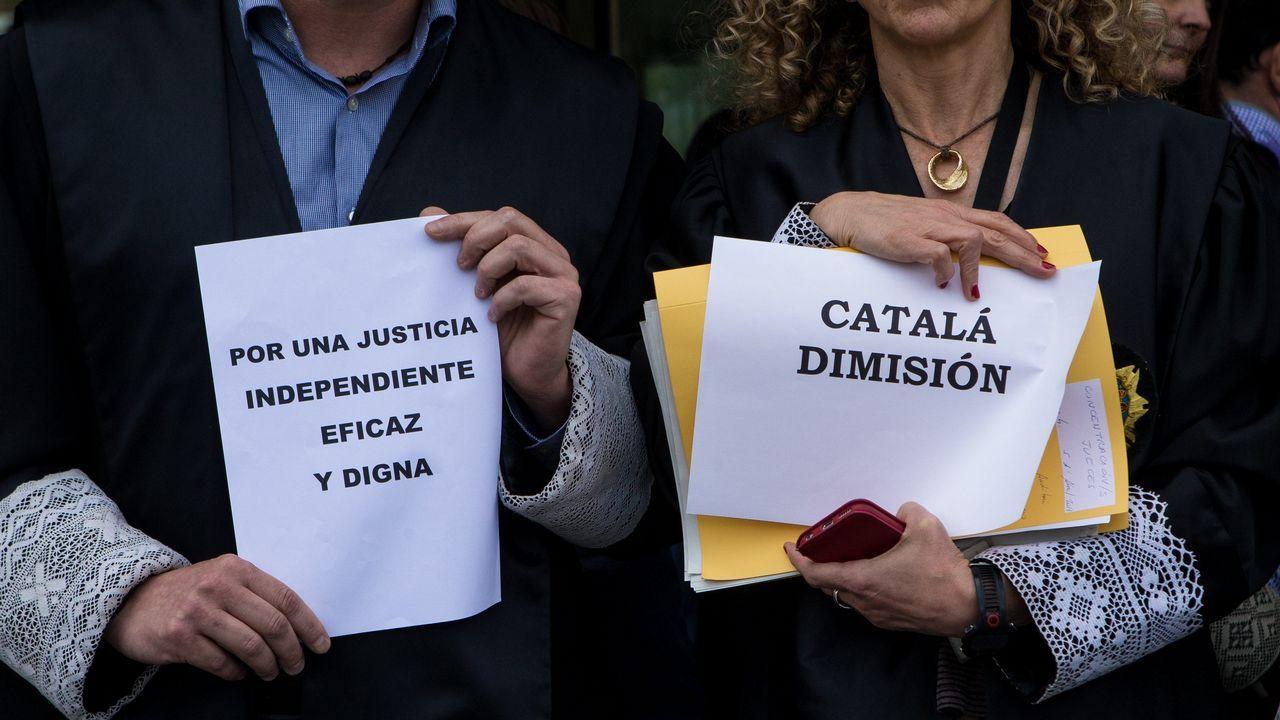 Rajoy saluda a los diputados, que le dedican una ovación, en el debate de moción de censura el pasado día 1