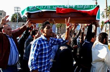 El polémico «Hero» de Mariah Carey.Protestas en la plaza de los Mártires de Trípoli durantes los funerales por los muertos del viernes.