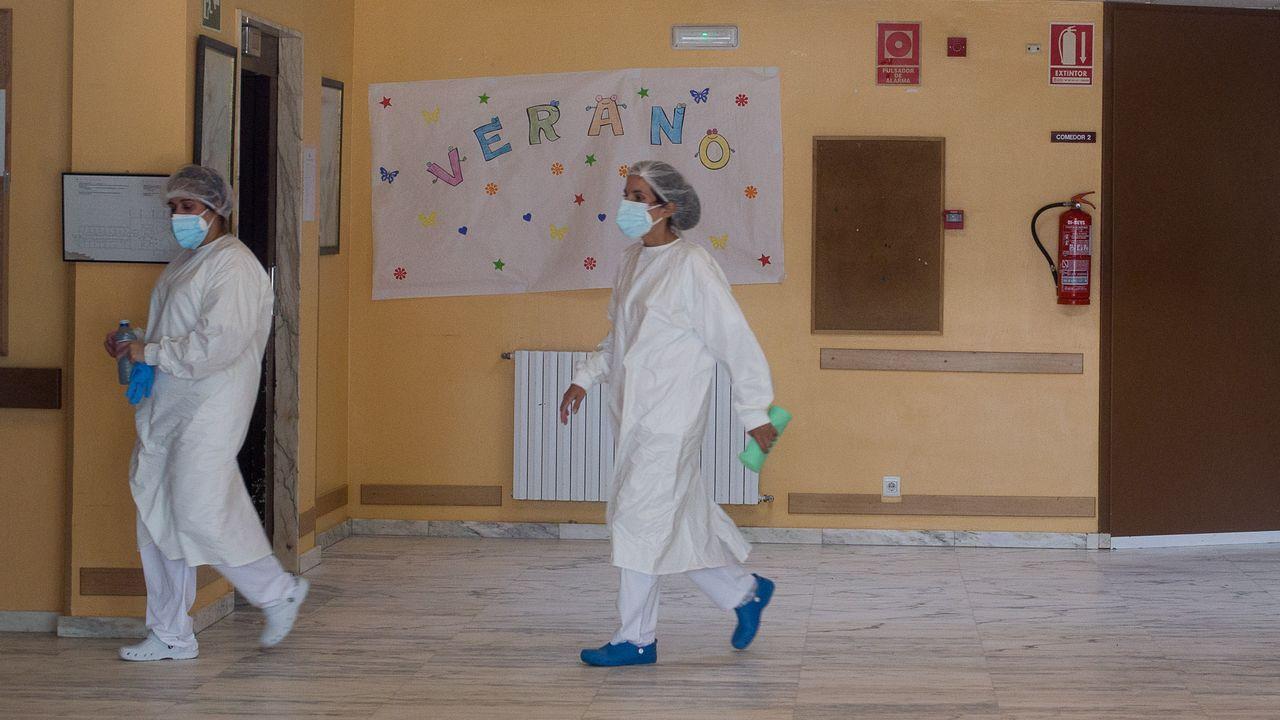 Feijoo comparece tras el comité clínico de expertos sanitarios.Personal de la residencia, con trajes especiales en el interior de las instalaciones