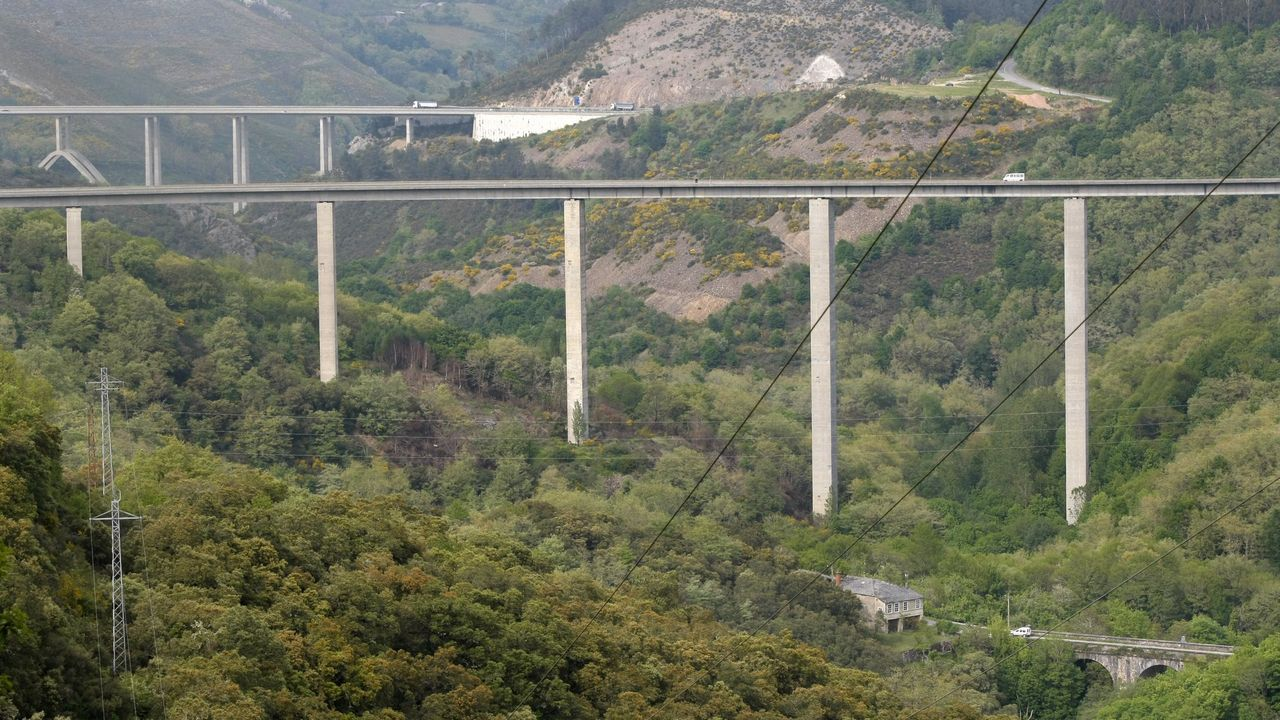 El viaducto de la N-VI está ubicado entre la vieja carretera que se ve en primer plano y la autovía, que se ve al fondo