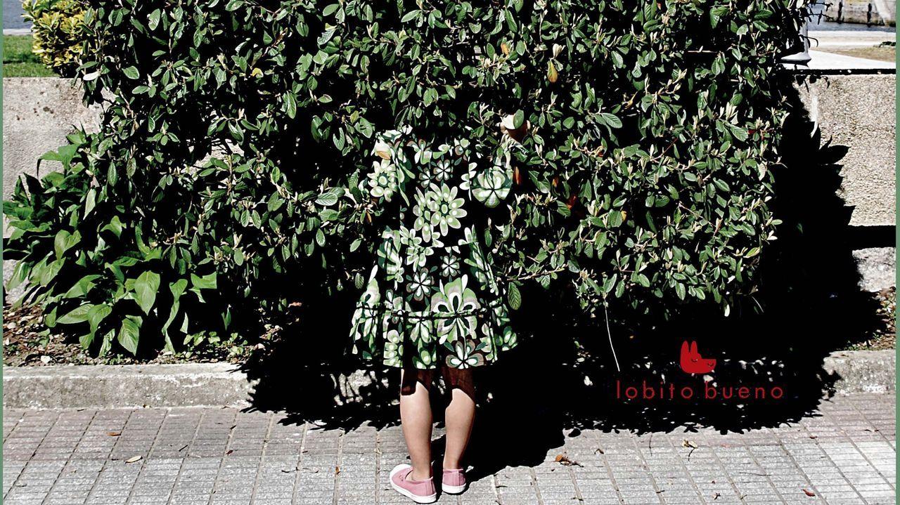 Las mascarillas se convierten en el nuevo complemento universal.Rosa Gutiérrez, en el jardín de la iglesia donde está recluida con un grillete electrónico en tobillo