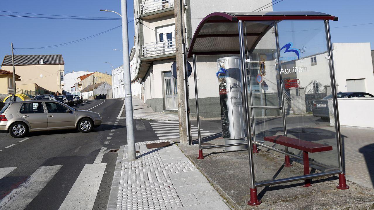 Metal, vidrio y logotipo de la zona para esta parada vista en Aguiño