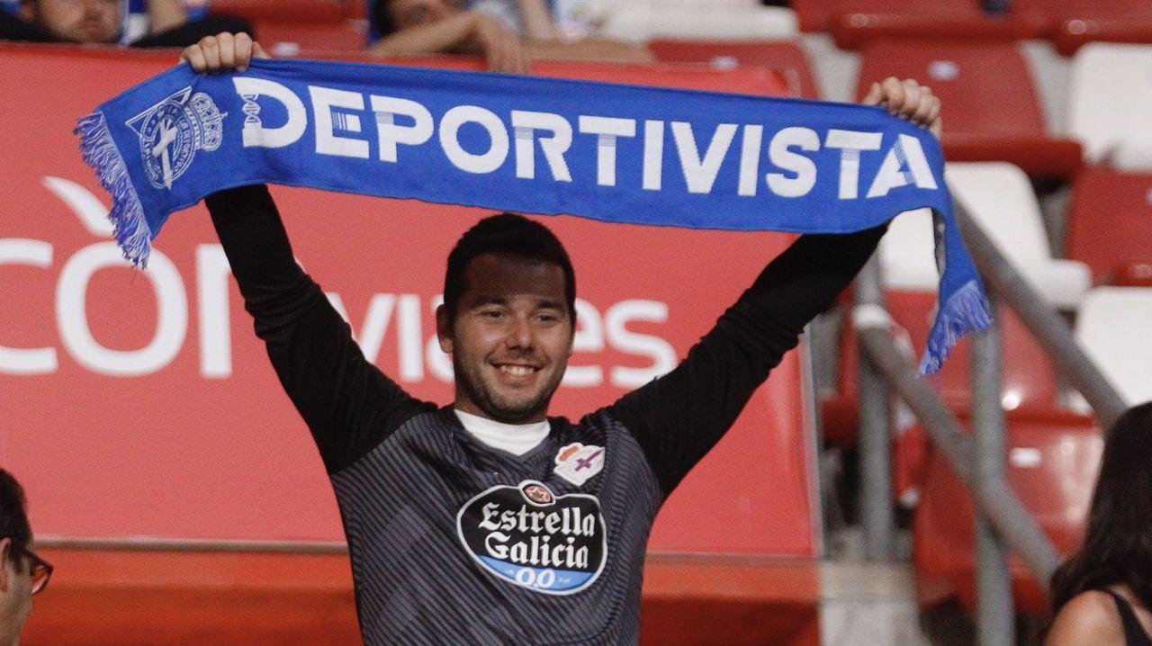 Paco Zas comparece ante la prensa en plena crisis del Deportivo.Los jugadores del Oviedo celebran el 1-0 al Lugo