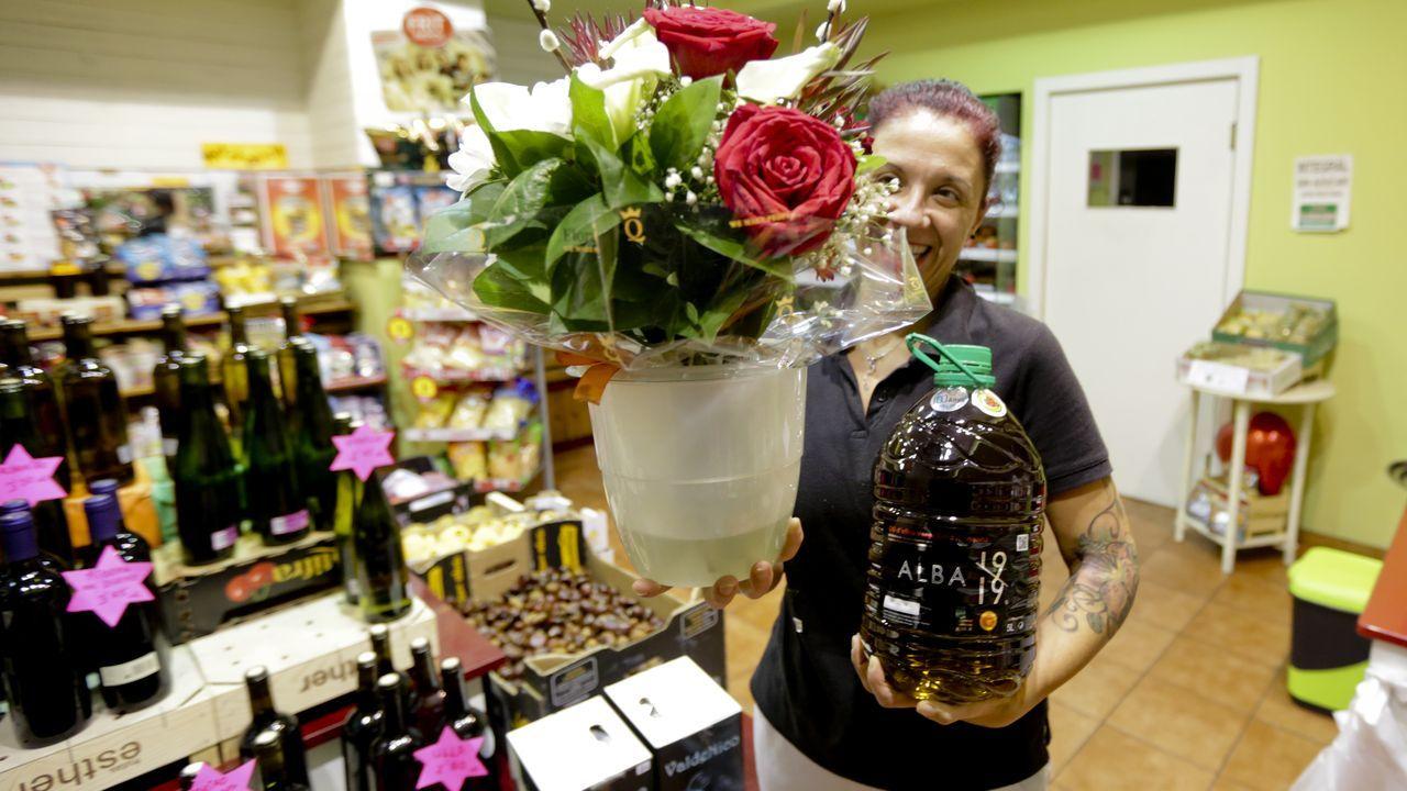 Sandra Castro, con regalos que le enviaron, aceite y flores