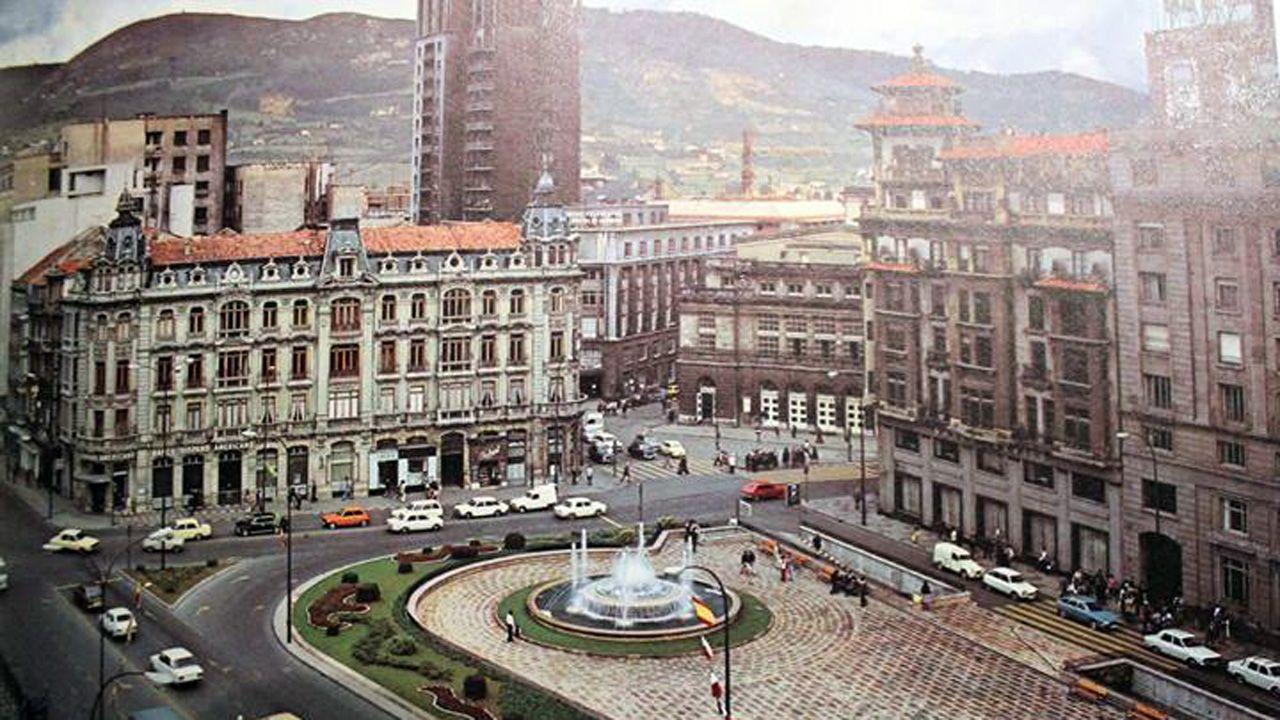 Así es el pazo de Meirás.Plaza de la Escandalera en los año 70. En el bajo de la casa Conde, a la izquierda, se ubicó Almacenes Simeón