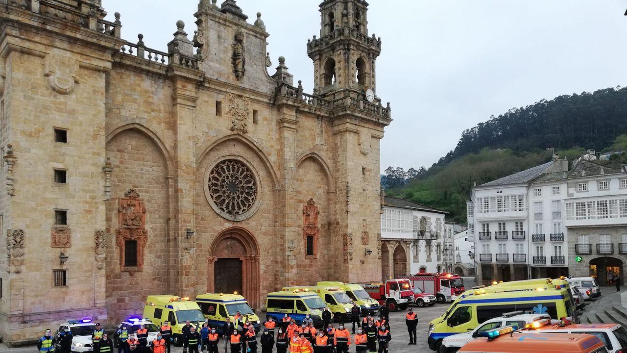 El Hospital Público da Mariña sigue vacunando frente al covid-19.Obra de Raimunde Rubal en la Praza da Catedral de Mondoñedo que puede verse esta Semana Santa