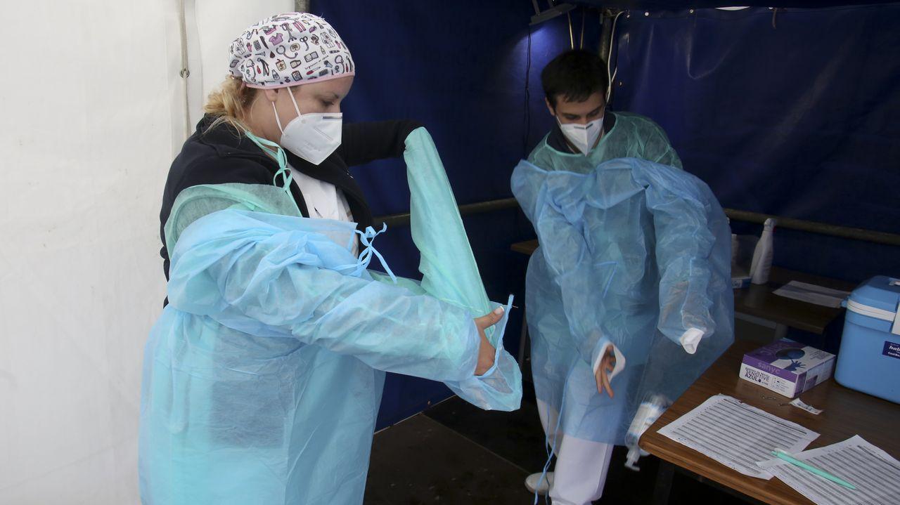 Personal del área sanitaria que realiza las pruebas PCR en el exterior del Hospital Novoa Santos