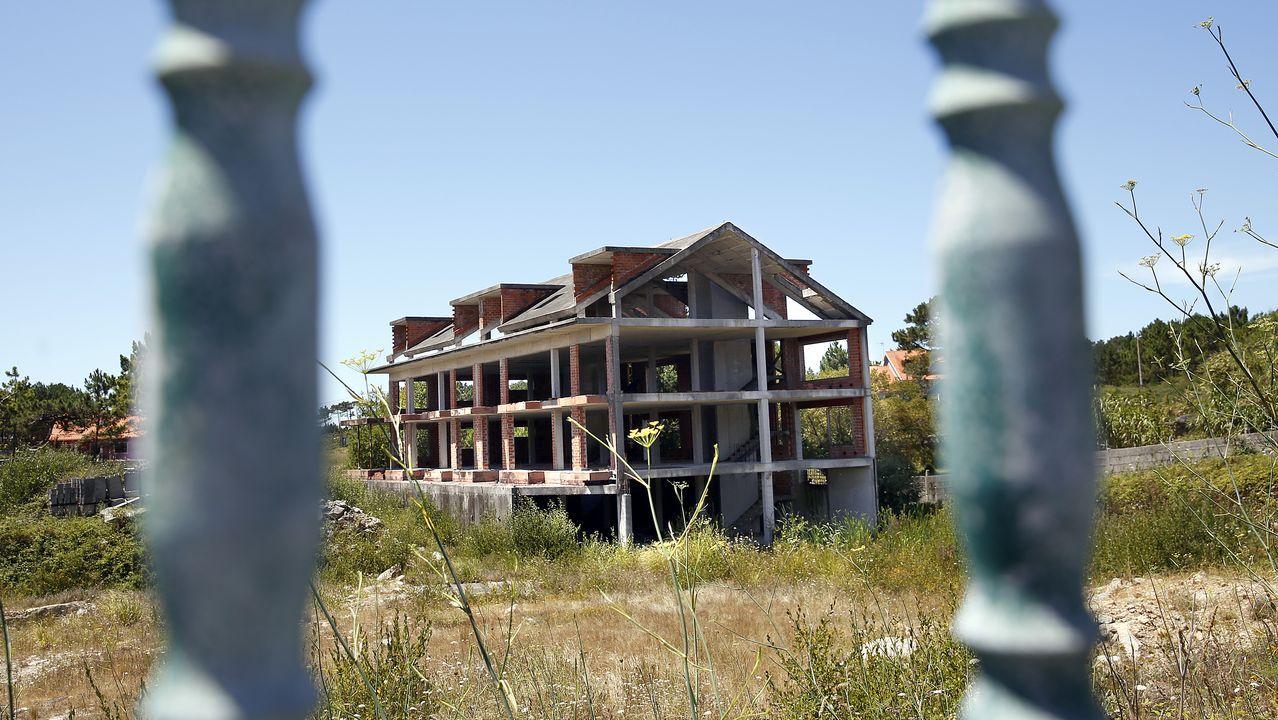 Operativo de búsqueda en Porto do Son.Por algo más de un millón de euros, 1.170.800 euros concretamente, está en venta el armazón de lo que iba a ser un edificio de 64 viviendas en Aguiño que nunca llegó a finalizarse