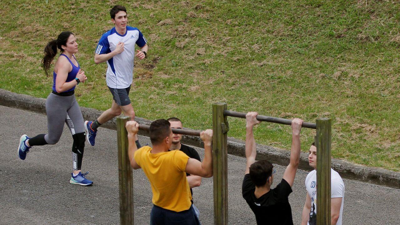 Varias personas hacen deporte en el parque de Invierno de Oviedo,
