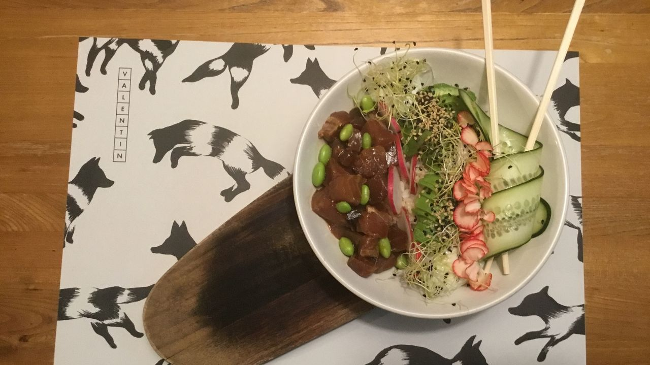 La versión clásica de El Valentín lleva arroz, atún marinado con soja, miel y sésamo, edamame, rabanitos, aguacate y mayonesa de wasabi.