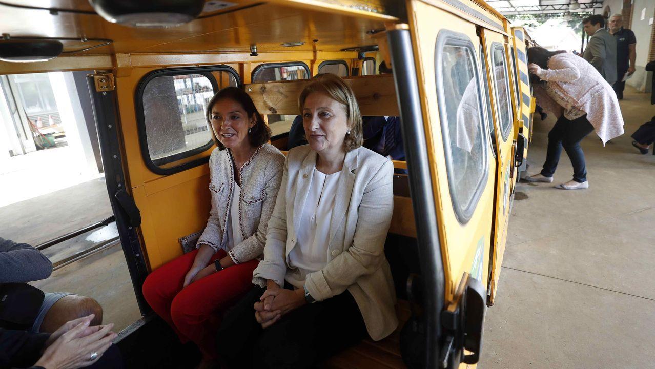 La ministra de Industria, Comercio y Turismo, Reyes Maroto (i), y la delegada del Gobierno en Asturias, Delia Losa(d), durante la visita que realizó hoy lunes al Ecomuseo Minero Valle Samuño