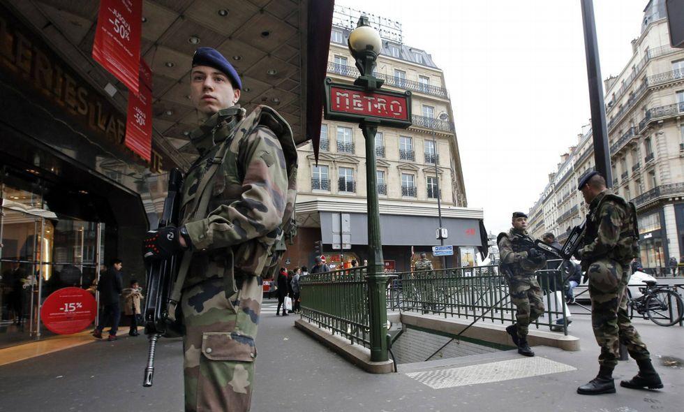 Soldados franceses patrullan las calles de París tras los atentados de enero.