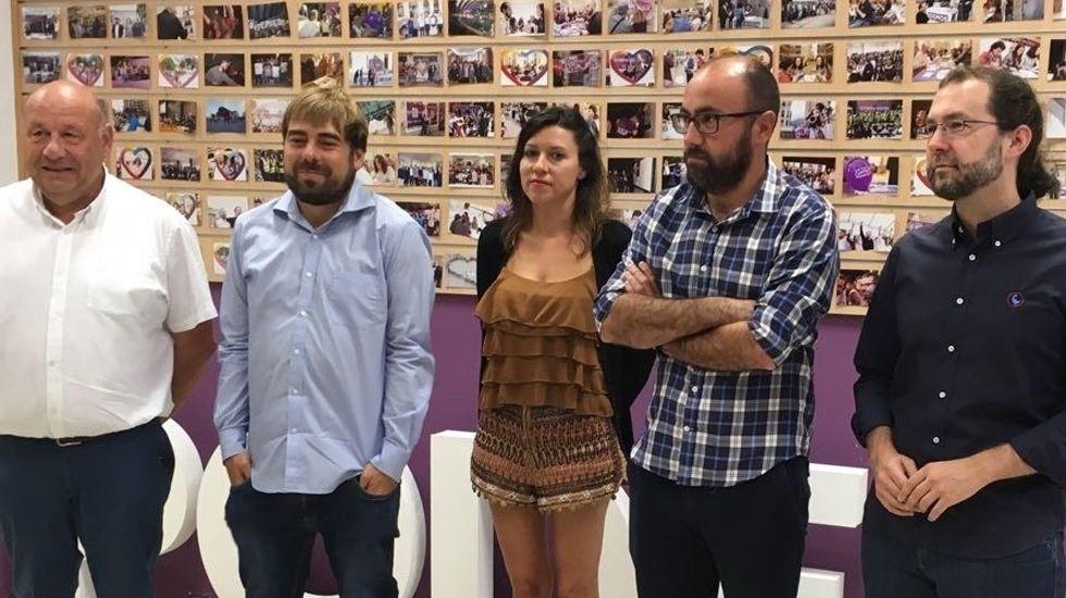 El secretario general de Podemos, Daniel Ripa, atiende a los medios en la Feria de Muestras de Gijón.Manuel Benayas, Daniel Ripa, Nuria Rodríguez, Alberto Suárez y Emilio León