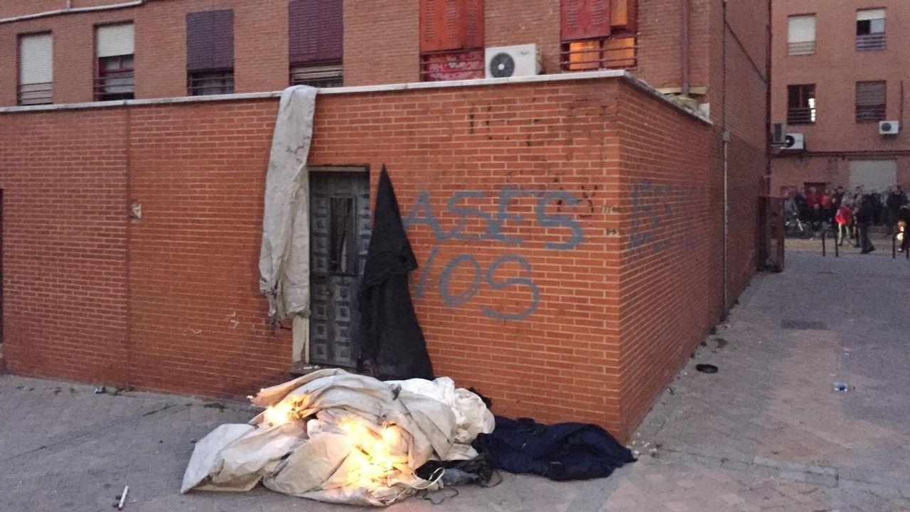 Imagen de la zona del Pozo del Tío Raimundo, en Madrid, donde varias personas acumularon objetos para protestar frente a la casa del presunto autor de la muerte de un convecino