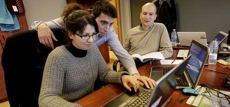 Tatiana Blanco, Esteban Bermúdez e Iago Fortes, gerente de la compañía con sede en Vigo.