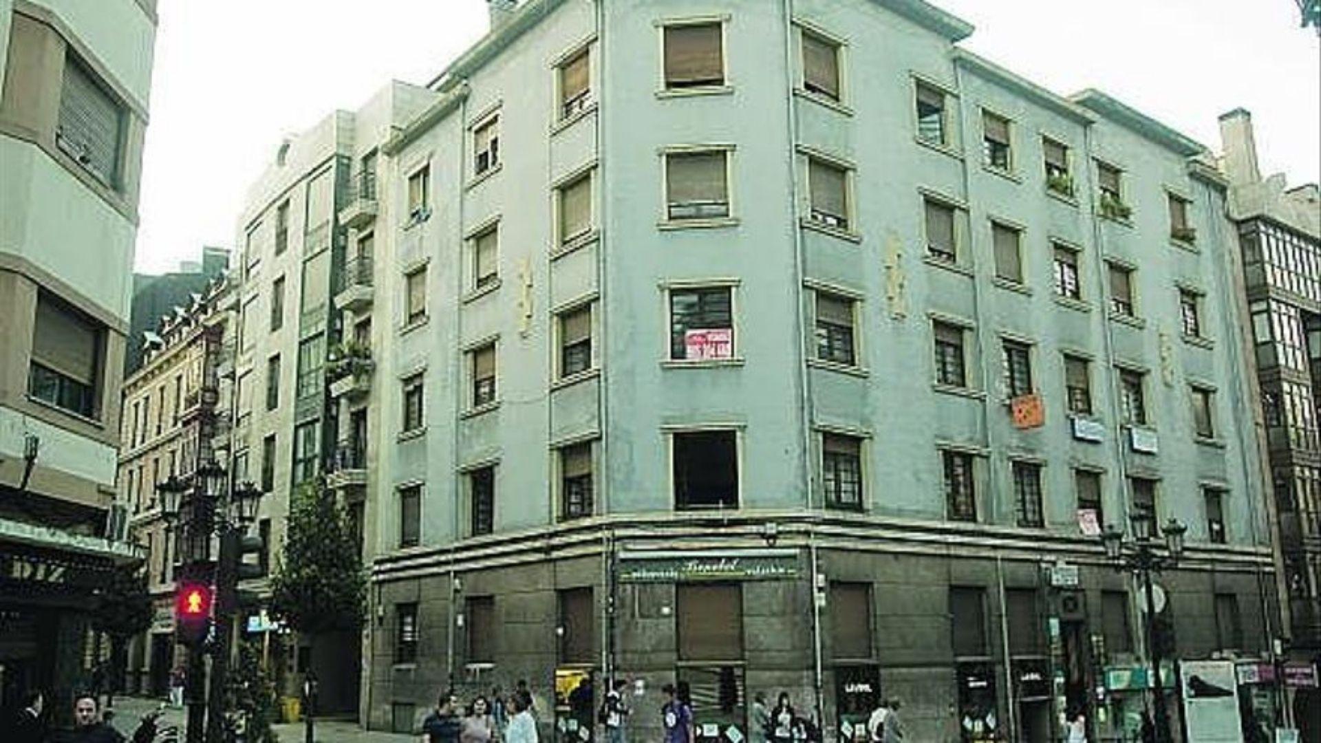 Las auténticas «casas del Chorín», en la esquina de las calles Foncalda y Caveda de Oviedo