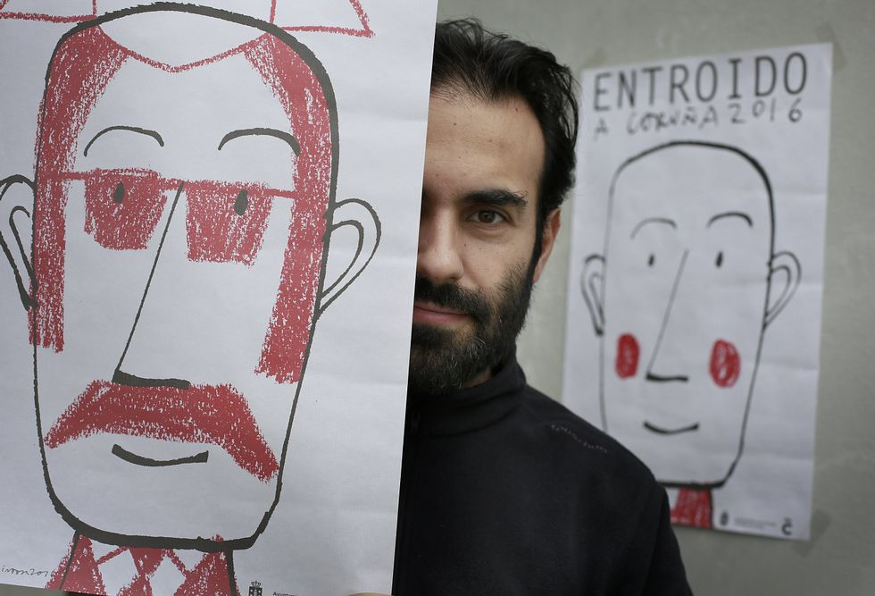 Pintor, con dos de los dibujos que hizo para el cartel del entroido coruñés.