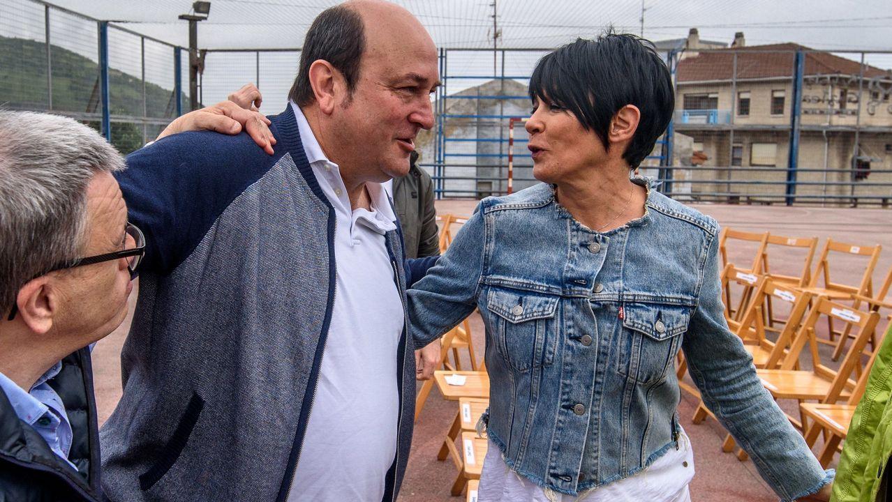 Pedro Sánchez recibe el aplauso de los diputados socialistas