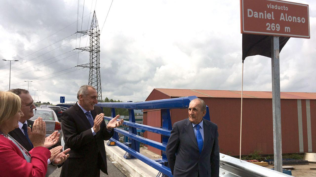 Isaac Pola, Marivín Monteserín y Benigno Fano aplauden a Daniel Alonso, en la inauguración de los accesos al PEPA, en Avilés