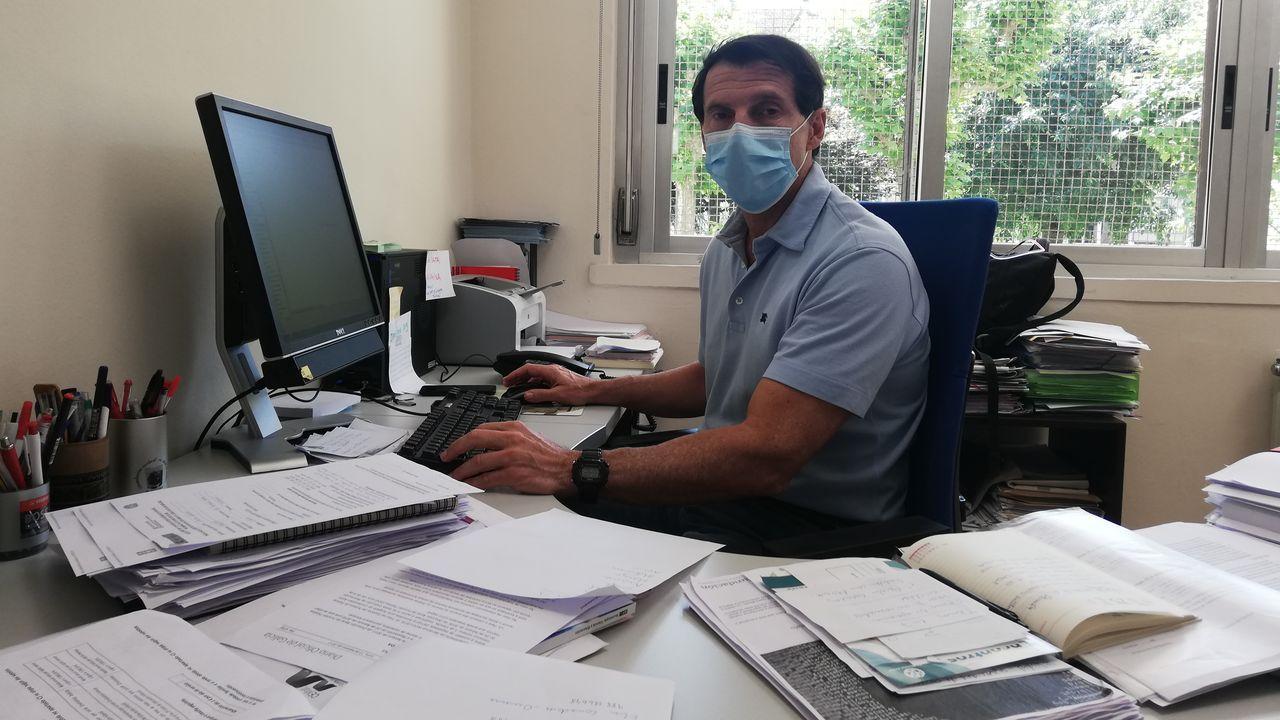 Carlos Ferreiro, director del IES Blanco Amor, en su despacho