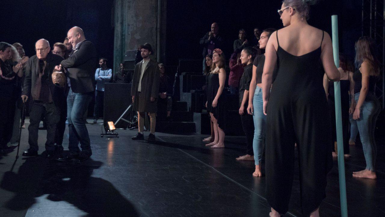 El dramaturgo británico Peter Brook (c), Premio Princesa de Asturias de las Artes, durante el encuentro mantenido con alumnos de escuelas de artes escénicas