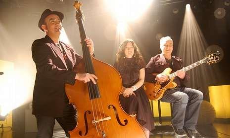 El trío A Doce Vita actuará esta noche, a partir de las 23 horas, en el puerto de Raxó.